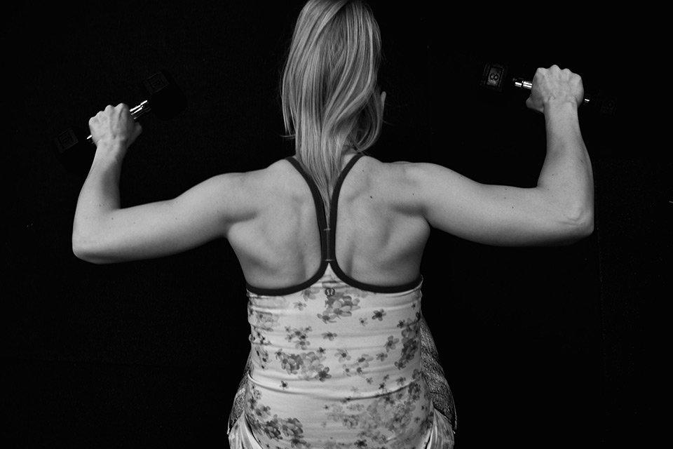 curvy-fitness-schulterdrucken
